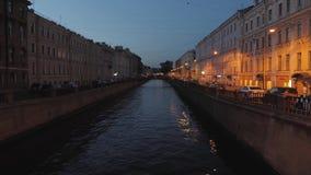 Ansicht von Neva River in St Petersburg, Russland Touristische Boote schwimmen auf den Fluss Gebäude nahe Neva River Embankment stock video