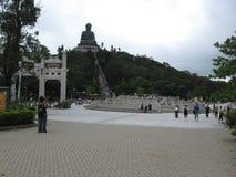 Ansicht von Ngong Ping Piazza in Richtung zu Tian Tan Buddha, Lantau-Insel, Hong Kong lizenzfreies stockbild