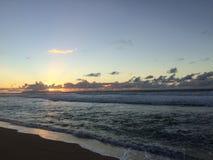 Ansicht von Niihau-Insel vom Abstreifensand-Strand am Polihale-Nationalpark auf Kauai-Insel Stockbild
