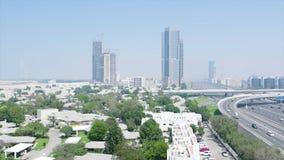 Ansicht von oben in das Dubai mit Wolkenkratzern, kleinen H?usern, Stra?en und B?umen ablage Antenne f?r die moderne Stadt in lizenzfreies stockbild