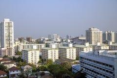 Ansicht von oben genanntem auf den Dächern von den Häusern sonnig morgens herein in Bangkok Stockfoto
