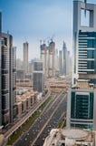 Ansicht von oben genanntem auf den Türmen von Sheikh Zayed Road in Dubai, UAE stockbilder