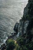 Ansicht von oben genanntem auf einem Meer und einem Felsen Stockfotos