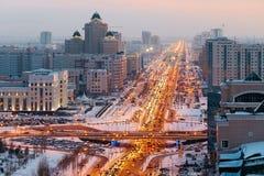 Ansicht von oben genanntem auf einer großen Allee, die zum Horizont in Astana, Kasachstan geht Stockbilder
