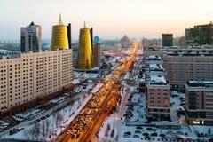 Ansicht von oben genanntem auf einer großen Allee, die zum Horizont, zu einem goldenen Wolkenkratzer und zu einem Haus von Minist Stockfotografie