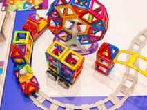 Ansicht von oben genanntem auf mehrfarbiger Spielzeugeisenbahn Lizenzfreie Stockfotografie