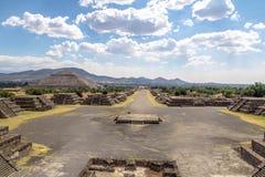 Ansicht von oben genanntem der Piazzas des Mondes und der toten Allee mit Sun-Pyramide auf Hintergrund an Teotihuacan-Ruinen - Me Lizenzfreies Stockfoto