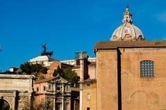Ansicht von oben genanntem des Kaiserforums in Rom mit dem Hintergrund PU Lizenzfreie Stockfotografie