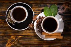 Ansicht von oben genanntem des Tees und des Kaffees in den Teetassen Lizenzfreie Stockfotografie