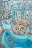 Ansicht von oben genanntem von Dubai-Brunnen und -gebäuden herein in die Stadt Stockbild