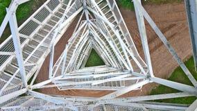 Ansicht von oben genanntem durch ein Metallgitter vom Turm Lizenzfreies Stockbild