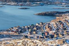 Ansicht von oben genanntem zu den Straßen und zu den Gebäuden von Nuuk Stockbilder