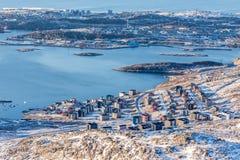 Ansicht von oben genanntem zu den Straßen und zu den Gebäuden von Nuuk Lizenzfreie Stockfotos