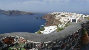 Ansicht von Oia entlang der kurvenden Bucht von Santorini in Griechenland stockfotos