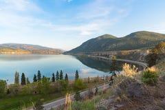 Ansicht von Okanagan See von oben genanntem provinziellem Park Sun Oka und von Landstraße 97 mit Stadt von Penticton im Abstand b lizenzfreies stockbild