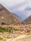 Ansicht von Ollantaytambo-Stadt im heiligen Tal der Inkas lizenzfreies stockbild