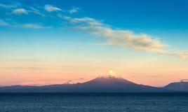 Ansicht von Osorno-Vulkan, von Puntigudo-Vulkan und von Llanquihue See im chilenischen Seebezirk stockbild