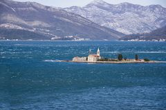 Ansicht von Otok-Insel Gospa Od Milo Bay von Tivat, Montenegro, an einem windigen Wintertag 2019-02-23 11:49 lizenzfreie stockbilder