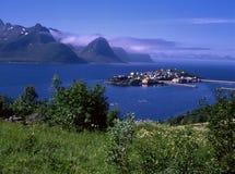 Ansicht von Ozeanfjord mit kleiner Insel lizenzfreies stockfoto