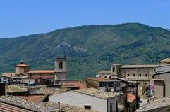 Ansicht von Palazzo Adriano mit den Sicani-Bergen im Hintergrund, Palermo, Sizilien, Italien, Europa Stockfoto