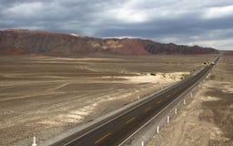 Ansicht von Panamerican Landstraßen-Bergen und von Wüste Peru lizenzfreie stockbilder