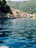 Ansicht von Parga vom Boot stockbild