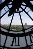 Ansicht von Paris durch eine Borduhr am Orsay Museum Lizenzfreie Stockfotografie