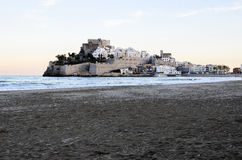 Ansicht von PeñÃscola vom Sand des Strandes Lizenzfreies Stockbild