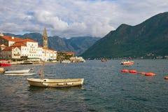 Ansicht von Perast-Stadt mit Glockenturm der Kirche von Sankt Nikolaus Schacht von Kotor, Montenegro Stockfoto