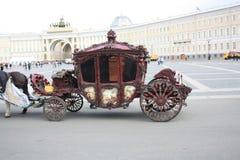 Ansicht von Pferdewagen auf dem Quadrat in Petersburg lizenzfreies stockfoto