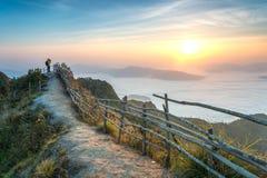 Ansicht von Phu-Chi Dao morgens mit Nebelmeer in Chiang Rai, Thailand stockbilder