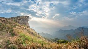 Ansicht von Phu-Chi-Fa morgens mit schöner Sonne strahlt über t aus stockfotografie