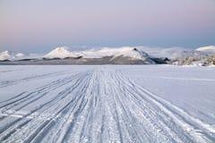 Ansicht von Pikku-Malla-Hügel vom Kilpisjarvi See im Winter, Finlan Stockfotos