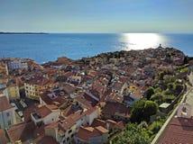 Ansicht von Piran von oben umgeben durch das adriatische Meer, Sloveni Lizenzfreie Stockbilder