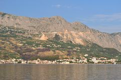 Ansicht von Podgora vom Meer Stockbild