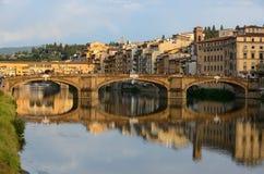 Ansicht von Ponte Vecchio bei Sonnenuntergang, Florenz, Italien stockfotografie