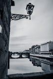 Ansicht von Ponte Vecchio mit Lampe, Florenz, Italien (BW) Stockfoto