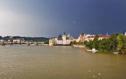 Ansicht von Prag, Fluss die Moldau und Charles Bridge vor dem Regen Stockbild