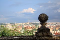 Ansicht von Prag mit blauem Himmel und Wolken, rote Dächer und Steinball mit stacheliger Rebe lizenzfreie stockfotos