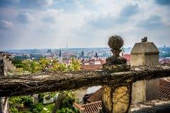 Ansicht von Prag-Schloss arbeitet auf Stadt im Garten Lizenzfreies Stockfoto