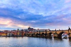 Ansicht von Prag-Schloss (Tscheche: Prazsky-hrad) und Charles Bridge (Tscheche: Karluv höchst), Prag, Tschechische Republik stockfoto