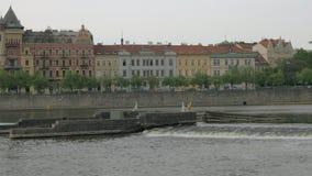 Ansicht von Prag-Stadtbild bewegend entlang den die Moldau-Fluss auf Boot, Tschechische Republik stock video footage