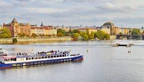 Ansicht von Prag, Tschechische Republik auf dem Ufer von der Moldau lizenzfreie stockfotos