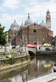Ansicht von Prato-della Valle und von Basilika von Santa Giustina Abtei wurde im 5. Jahrhundert auf dem Grab des Heiligen Justine Lizenzfreie Stockfotos