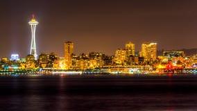 Ansicht von Puget Sound mit blauen Himmeln und im Stadtzentrum gelegenem Seattle, Washington, USA stockfotografie