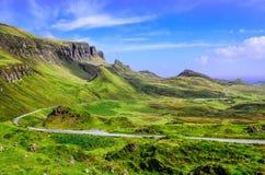 Ansicht von Quiraing-Bergen und von Straße, schottische Hochländer stockfotos