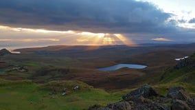 Ansicht von Quiraing zur Staffin-Bucht während des Sonnenaufgangs, Insel von Skye - Schottland stock footage