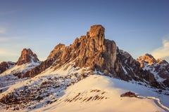 Ansicht von Ra Gusela-Spitze vor Berg Averau und Nuvolau, in Passo Giau, hoher alpiner Durchlauf nahe Cortina d'Ampezzo, Dolomit, stockbild