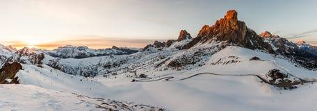 Ansicht von Ra Gusela-Spitze vor Berg Averau und Nuvolau, in Passo Giau, hoher alpiner Durchlauf nahe Cortina d'Ampezzo, Dolomit, stockfoto