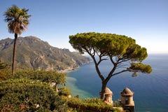 Ansicht von Ravelo, Italien mit Ozean und Bäumen Stockfoto